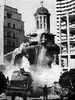 """Biserica Ienei după cutremurul din 4 martie 1977, fotografiată din Institutul de Arhitectură """"Ion Mincu"""""""