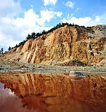 În urma cianurării, rezultă un lac de reziduuri de la cianurare extrem de toxic pentru mediu. Lacul de la Roşia Montană ar trebui să fie uriaş pe lângă cel din imagine. Efecte: infestarea apelor freatice. Acidul cianhidric va fi prezent în ploi în România, şi nu numai. Oamenii vor face diferite boli, de la prezenţa pe piele a unor erupţii, până la diferite tipuri de cancer, care vor putea fi savurate de români la pachet cu tonele de aur primite de la RMGC.