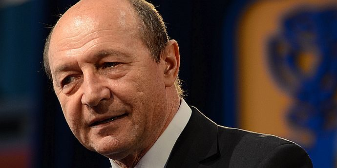 Pe Traian Băsescu l-a muşcat albina corupţiei de limbă